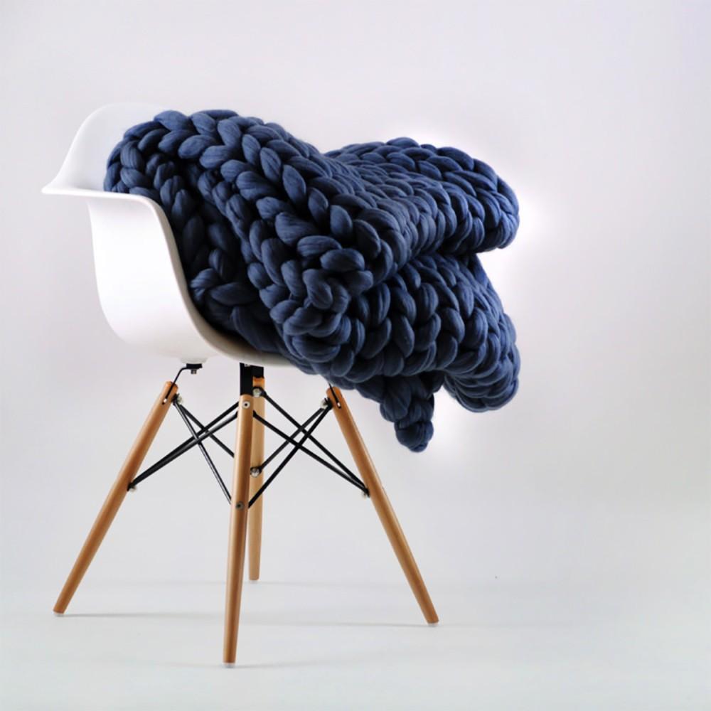 Tmavomodrá ručne tkaná deka z merino vlny Concepttual Chunky, 125 x 130 cm