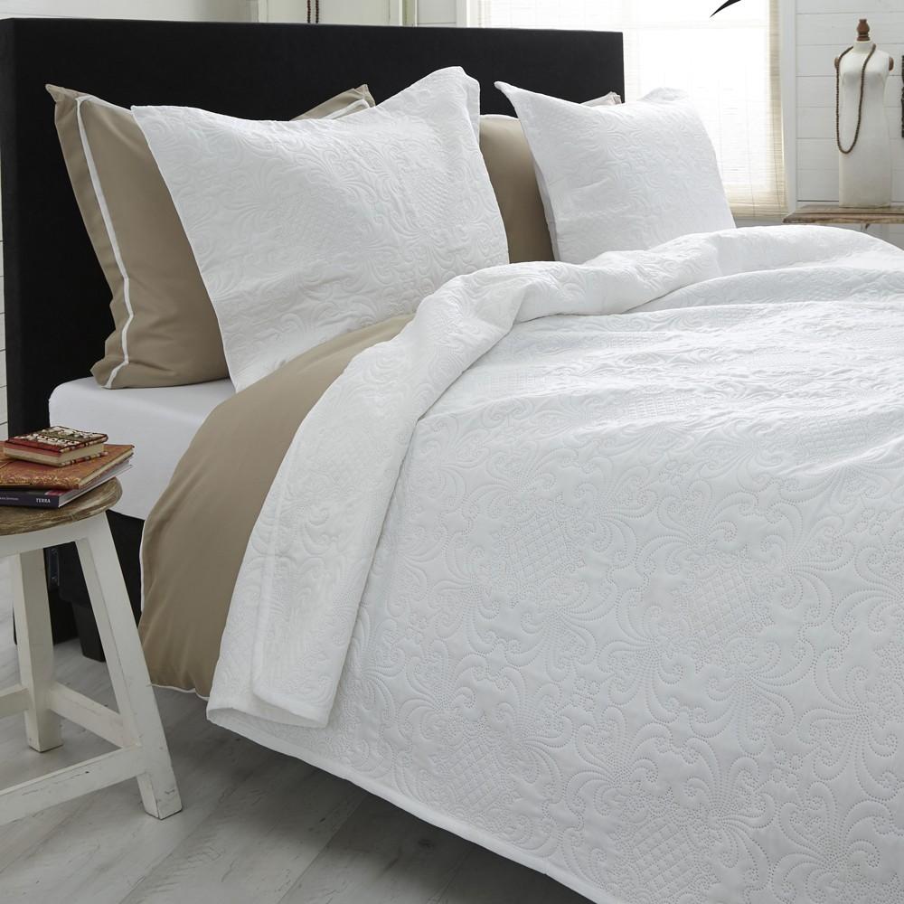 Biely pléd cez posteľ s dvomi obliečkami na vankúš Dreamhouse Clara 260 x 250 cm