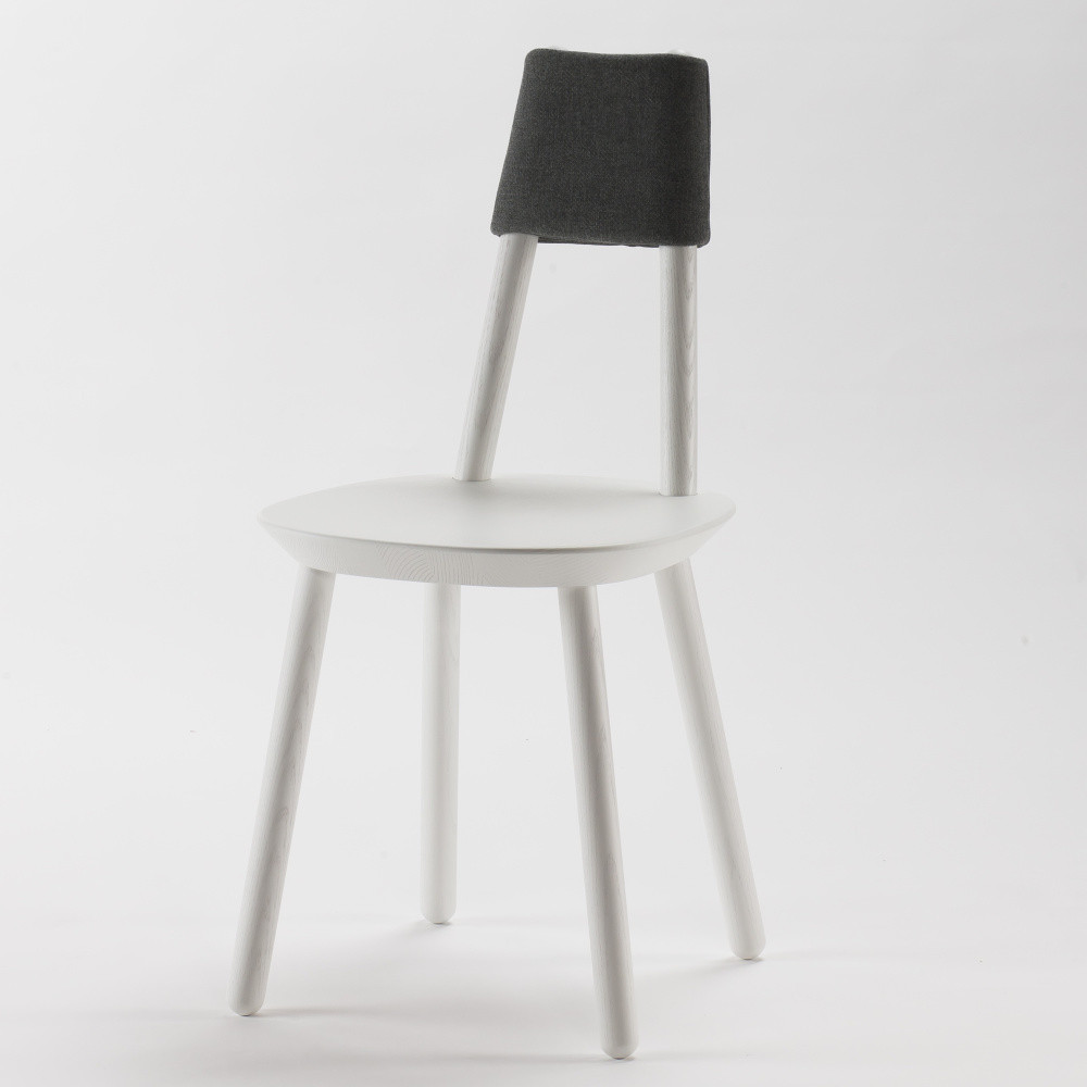 Biela stolička z masívu Emko Naïve