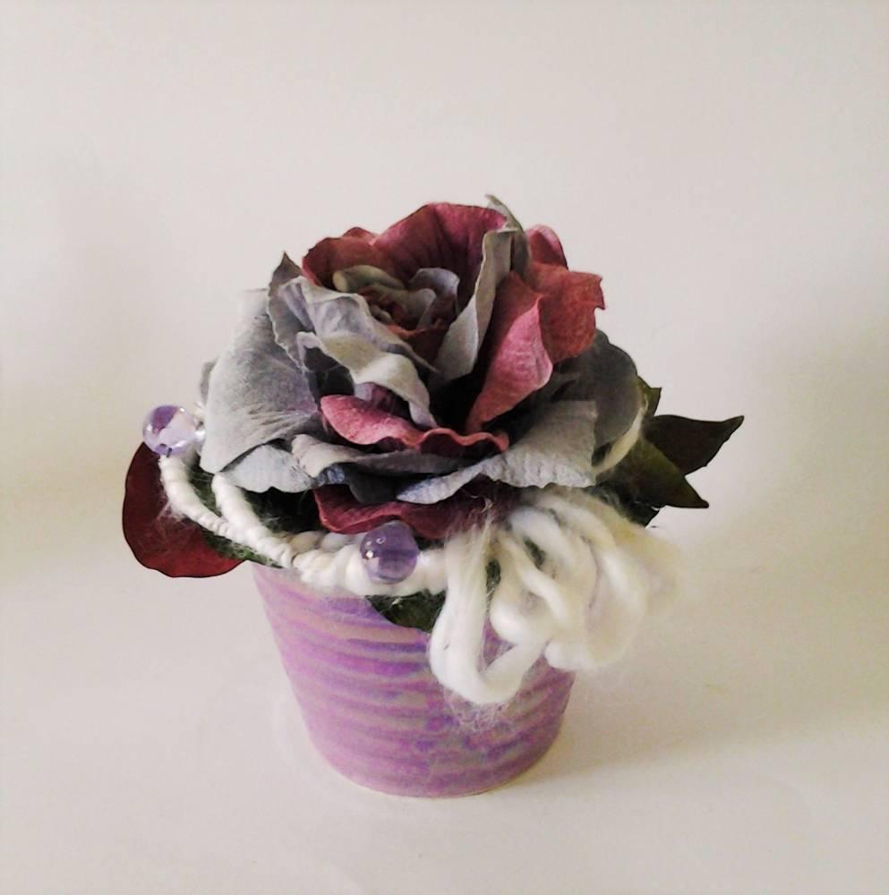 fialová váza s ružou 20 x 20 cm