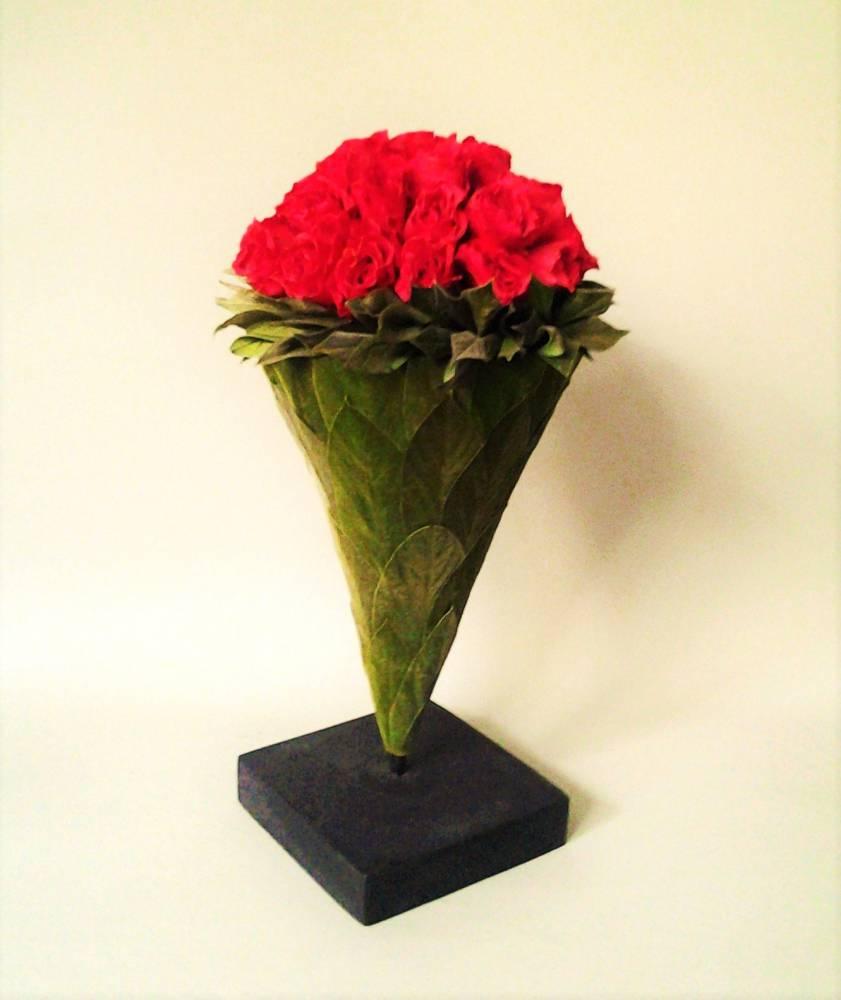 dekorácia z balzamovaných  ruží na podstavci 14 x 26,5 cm