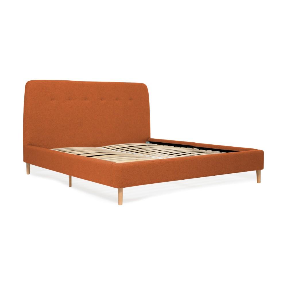 Oranžová dvojlôžková posteľ s drevenými nohami Vivonita Mae, 140×200 cm