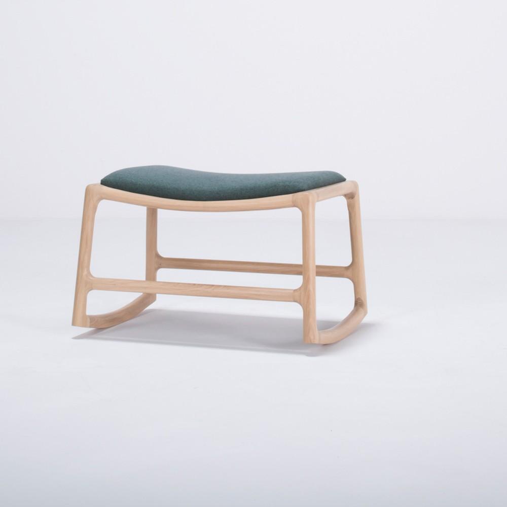 Podnožka s konštrukciou z dubového dreva se zeleným textilným sedadlom Gazzda Dedo
