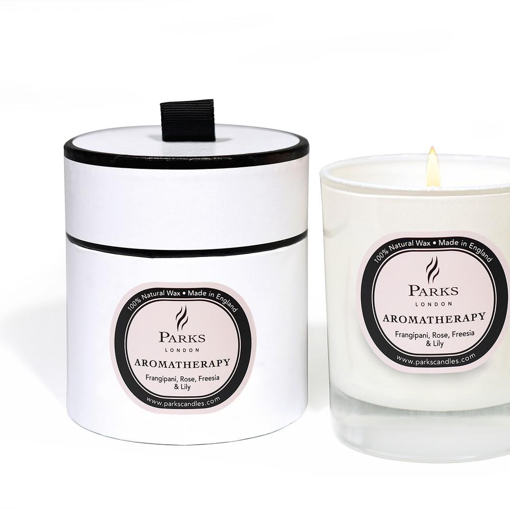Sviečka s vôňou plumérie, ruže, frézie a ľalie Parks Candles London Aromatherapy, 50 hodín horenia
