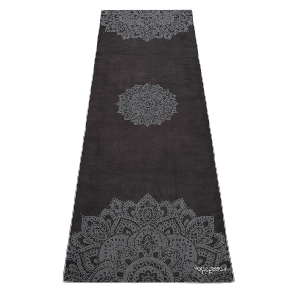 Čierny uterák na jogu Yoga Design Lab Hot Mandala, 340 g