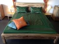 Masivna postel na matraci 200x180