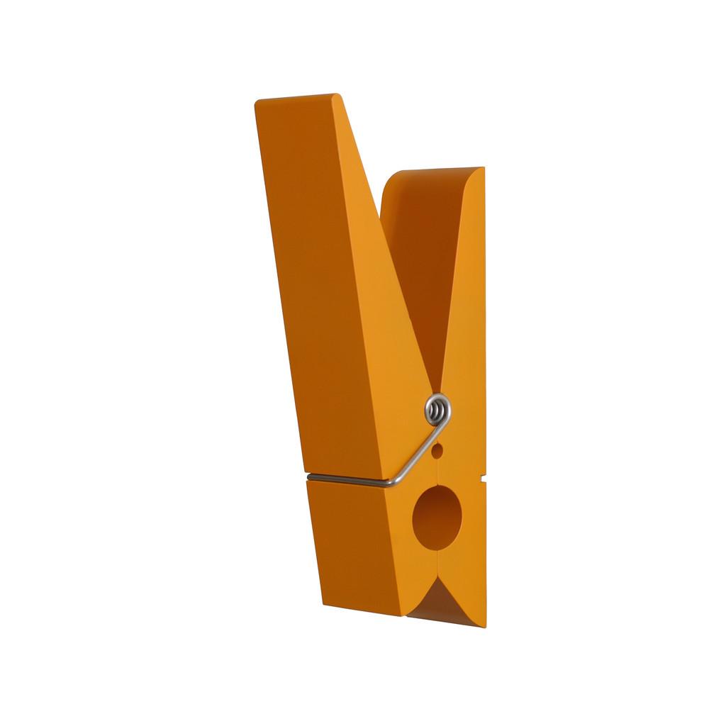 Oranžový vešiak v tvare štipca SwabDesign