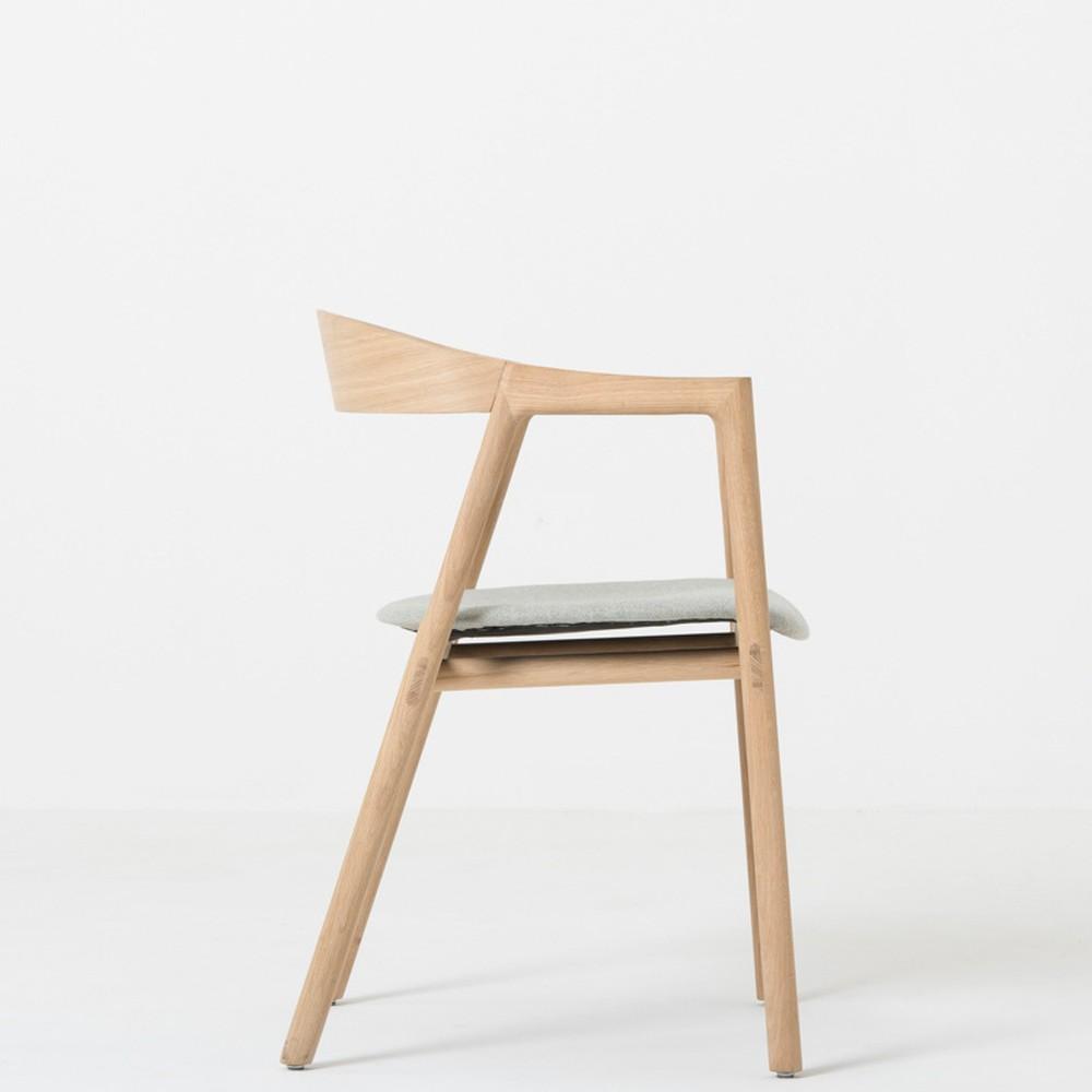 Jedálenská stolička z masívneho dubového dreva so sivým sedadlom Gazzda Muna