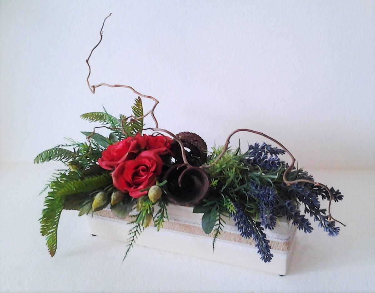 levanduľový aranžmán s ružami 40 x 20 x 30 cm